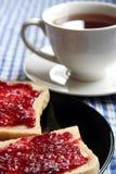 Pani tostati e tazza di tè immagine stock