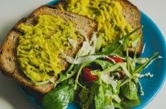 Pani tostati ed avocado fotografia stock