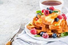 Pani tostati francesi al forno con le bacche fotografie stock libere da diritti