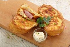 Pani tostati freschi con il formaggio del prosciutto sul bordo di legno Fotografia Stock
