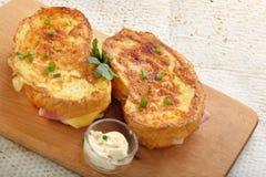 Pani tostati freschi con il formaggio del prosciutto sul bordo di legno Fotografia Stock Libera da Diritti