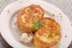 Pani tostati freschi con il formaggio del prosciutto sul piatto Immagini Stock Libere da Diritti