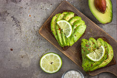 Pani tostati piccanti della segale con l'avocado Fotografie Stock Libere da Diritti
