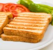 Pani tostati squisiti con i pomodori ed i peperoni Fotografie Stock Libere da Diritti