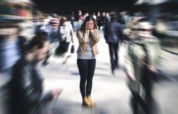 Paniekaanval in openbare ruimte Vrouw die paniekwanorde hebben royalty-vrije stock foto's
