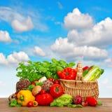 Panier à provisions avec des ingrédients d'aliment biologique image stock