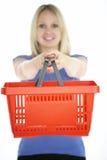 Panier à provisions de fixation de femme Image stock