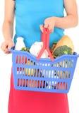 Panier à provisions de fixation de femme photo stock