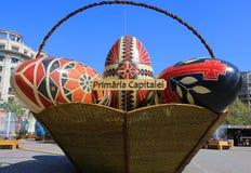 Panier énorme avec les oeufs de pâques décoratifs Photographie stock libre de droits