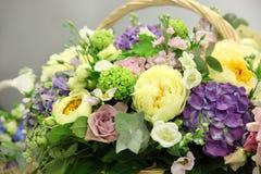 Panier avec de belles fleurs Images stock