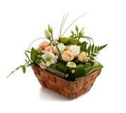 Panier avec de belles fleurs d'isolement photo libre de droits