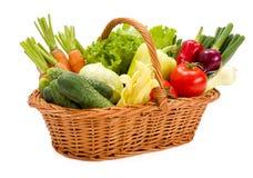 Panier avec de divers légumes frais Photos libres de droits