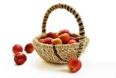Panier avec de petites pommes rouges Image libre de droits