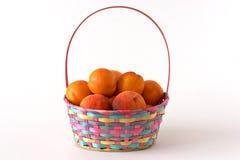 Panier avec des abricots et des pêches photographie stock libre de droits
