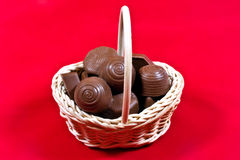 Panier avec des chocolats   Image stock