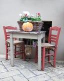 Panier avec des fleurs servies sur la table traditionnelle Image libre de droits