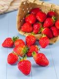 Panier avec des fraises se renversant sur une table photos libres de droits