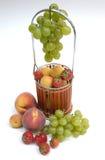 Panier avec des fruits Photographie stock libre de droits