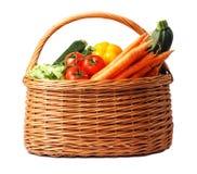 Panier avec des légumes sur le fond blanc Images stock