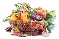 Panier avec des légumes sur le fond blanc. photo libre de droits