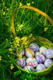 Panier avec des oeufs de pâques Photo stock