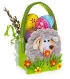 Panier avec des oeufs et des chatons de pâques Panier de Pâques fait de feutre Photographie stock