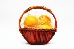 Panier avec des oranges Photos stock