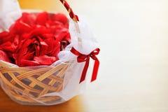 Panier avec des pétales de rose Image stock