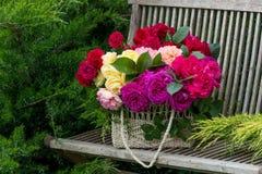 Panier avec des roses Photographie stock libre de droits