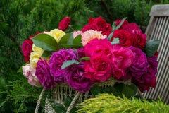 Panier avec des roses photo stock