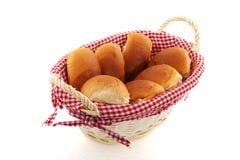 Panier avec des roulis de pain Images libres de droits