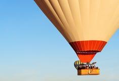 Panier avec des touristes des ballons à air chauds volant au-dessus de la vallée pendant le matin Cappadocia La Turquie Photo libre de droits