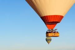 Panier avec des touristes des ballons à air chauds volant au-dessus de la vallée pendant le matin Cappadocia La Turquie Photos stock