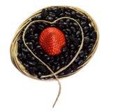 Panier avec du café et une fraise sur le fond blanc d Photographie stock libre de droits