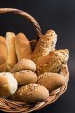 Panier avec du pain Photographie stock libre de droits
