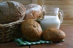 Panier avec du pain Photo stock