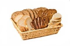 Panier avec du pain coupé en tranches aimable différent Image libre de droits