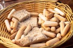 Panier avec du pain et des batons de pain Images stock