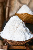 Panier avec du sel extrait frais de mer dans Bali, Indonésie Image libre de droits