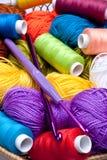 Panier avec l'amorçage et billes pour le tricotage Images libres de droits