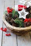 Panier avec la décoration de Noël image stock