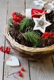 Panier avec la décoration de Noël photo libre de droits