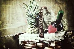 Panier avec la forme de coeur d'amour de vin Photos libres de droits