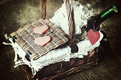 Panier avec la forme de coeur d'amour de vin Photo stock