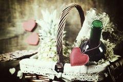 Panier avec la forme de coeur d'amour de vin Photographie stock