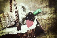 Panier avec la forme de coeur d'amour de vin Photos stock