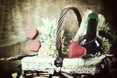 Panier avec la forme de coeur d'amour de vin Image stock