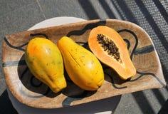Panier avec la papaye photos libres de droits