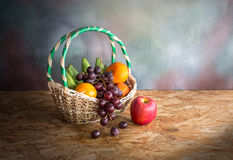 Panier avec la pile des fruits, toujours la vie Images stock