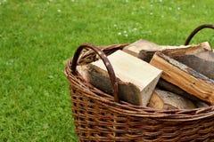 Panier avec le bois de chauffage Image stock